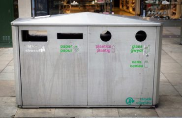 A Welsh and English Bilingual recycling bin worded in both languages.